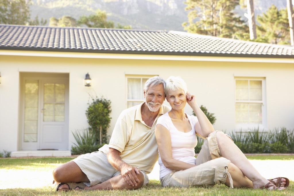 Senioren vor Eigenheim